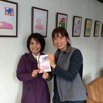 店長と一緒に撮影!根津と同じミニストーリー作品を展示しました。