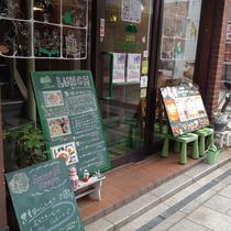 お店の外観。とっても可愛らしいお店です。近鉄奈良駅から徒歩1分。