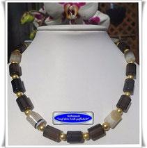 verschiedene Arten von Colliers, Perlen in verschieden Formen und Farben