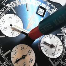 時計技能士がブライトリングの時計をオーバーホールしています。
