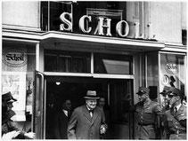 Winston Churchill beim verlassen der Papeterie Scholl