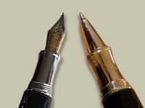 Hier sind gedrechselte Füller und Kugelschreiber aus Holz