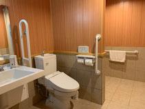 広々としたトイレとシャワールーム