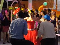 Bailando durante batucada con Karaoke Luz y Sonido