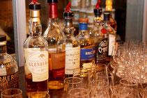Viele Whiskyflaschen nebeneinander auf einer Bar
