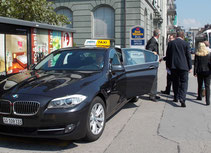 Geschäftsfahrten mit Taxi Fritschi Rapperswil-Jona, Hotelgäste beim Aussteigen