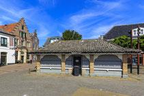 """<img src=""""image.jpg"""" alt=""""Het centrum van Den Burg op Texel met de overdekte visbank uit 1833."""">"""