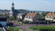 """<img src=""""image.jpg"""" alt=""""Het dorp De Cocksdorp op Texel, met  kerk en huizen."""">"""