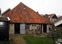 """<img src=""""image.jpg"""" alt=""""Achterzijde museum """"De Waelstee"""" in De Waal op Texel."""">"""