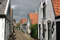 "<img src=""image.jpg"" alt=""Straatje in Oosterend op Texel."">"