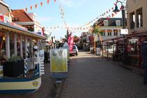 """<img src=""""image.jpg"""" alt=""""Eetgelegenheid met menubord in De Koog op Texel."""">"""