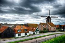 """<img src=""""image.jpg"""" alt=""""Het dorp Oudeschild op Texel met molen op de achtergrond. """">"""
