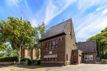"""<img src="""" image.jpg"""" alt=""""Het centrum van Den Burg op Texel met het Polderhuis en de Burght kerk. """">"""