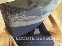 Un fauteuil Ecoute Bergère recouvert du jean français 1083