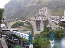Die 1993 zerstörte und wieder aufgebaute Brücke von Mostar
