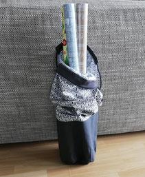 Tasche  für Geschenkpapier und Geschenkband aus grauem Canvas und blau-weißer Baumwolle