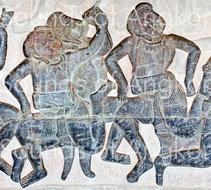 Paire de tambours cylindriques courts frappés à mains nues. Angkor Vat, Galerie nord. Combat des Asura et des Deva. XIIe s.