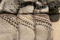 Trois grelottières équines à double rangées de grelots. Terrasse des Éléphants. XIIIe s.