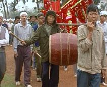 Procession funèbre. Le porteur postérieur frappe lui-même le tambour en tonneau. Vietnam.