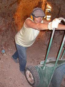 Der Abraum muss weggekarrt werden um die Minengänge frei zu halten