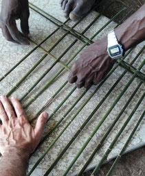 Travail de vannerie avec l'artisan Michel Pinas. Art bushinengué N'djuka, route de Mana.