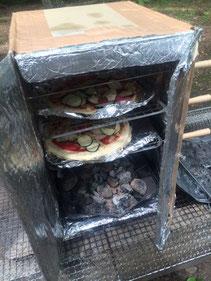 ダンボールオーブン。豆炭を入れて使います。