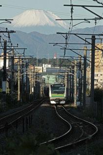 「JR横浜線から富士」<全紙> 昨年11月のJR横浜線鴨居~小机間。建物の影の合間を縫って来る通勤電車と富士のコラボです。