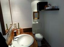 Die Zimmer der Familie Kerp in Ahrweiler haben ein eigenes bad mit Dusche und TV.