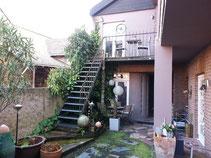 """Die Zimmervermietung """"Kerp"""" in Ahrweiler erreichen Sie über eine steile Treppe.."""