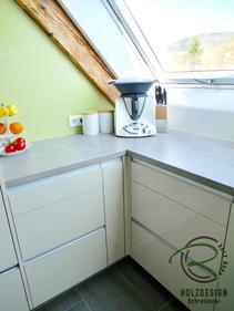 Passgenaue Küche vom Schreiner grifflos in Hochglanz, mit grüner Nischenrückwand
