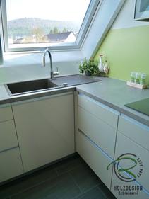 Grifflose Schreinerküche in Dachwohnung in cappucino Hochglanz-Front mit Blanco Silgranit Spüle