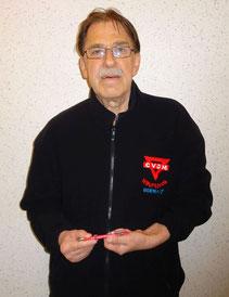 Ferdinand Uecker mit einem CVJM-Kugelschreiber