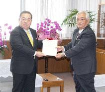 県監査委員が定期監査の結果報告書を安慶田副知事に提出した=19日、県庁