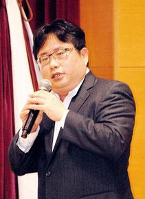 中国問題について講演する矢板記者=12日夜、市健康福祉センター