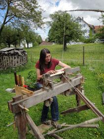 Martha Greiner an der Wippdrehbank