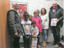 """Annelies Höltig (Geschäftsführerin) und Andreas Sonnek (Erster Vorsitzender des Billstedter Bürgervereins) überreichten die gesammelten Spenden direkt der """"Arche""""."""