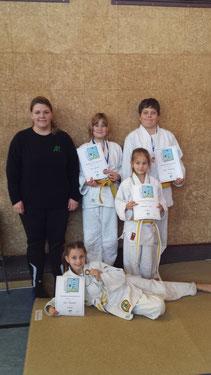 Unsere Judokas mit Trainerin Conni Augustin