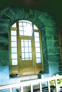 Im Haus Rosales in Andeer steht der einzige noch vollständig erhaltene Blashochofen des Kantons Graubünden und vielleicht auch der Schweiz