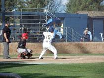 大学の野球部では4番を打つ活躍を見せた
