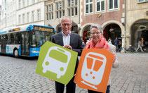 Mit Bus und Bahn zur Arbeit: Karin Eksen und Reinhard Schulte stellen das Jobticket-Angebot des Handelsverbandes vor.