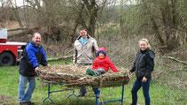 Der fünfjährige Hendrik half fleißig mit und ließ es sich nicht nehmen, das neue Storchennest zu testen