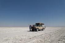 Toyota Landcruiser in der Salzpfanne von Botswana