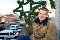 Ulf Lehmann bringt die Lichterketten am Herzberger Markt an
