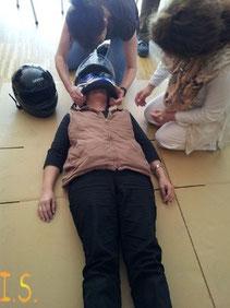 Helmabnahme im Erste Hilfe Kurs