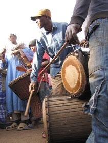 Djembe, Sangban & Dundunba. Die Musiker im engen Kontakt mit den Tänzerinnen