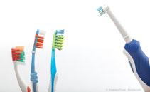 Von Hand oder elektrisch putzen? Antworten und klare Empfehlungen bei uns in der Praxis! (© themanofsteel - Fotolia.com)