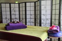 Massagebank mit Handtüchern