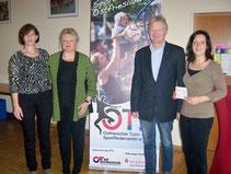 die Vertreter der Vereine: v. l. n. r. Kerstin Redenius, Ingeborg Kleinert (beide SG Moordorf), OTS-Vorsitzender Wilfried Theessen und Anne Thonicke (Vorsitzende des TuS Hinte, für die Hinter Vereine)