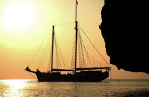You choose your sailing tour as yacht charter or sailing on board.