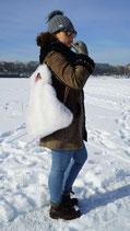 Weisser Rucksack aus Kunstfell